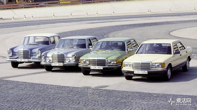 Mercedes-Benz S-Klasse der Baureihen W 112, W 109, W 116, W 126 (von links nach rechts) auf der Einfahrbahn in Stuttgart-Untertürkheim. Mercedes-Benz S-Class from the W 112, W 109, W 116 and W 126 series (left to right) on the test track at Stuttgart-Untertürkheim.