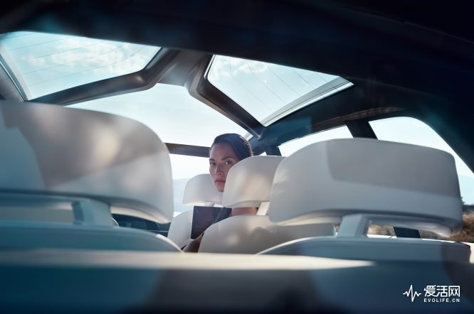 BMW-Concept-X7-interior-with-model