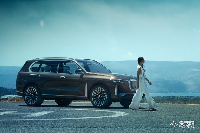 BMW-Concept-X7-side-with-model