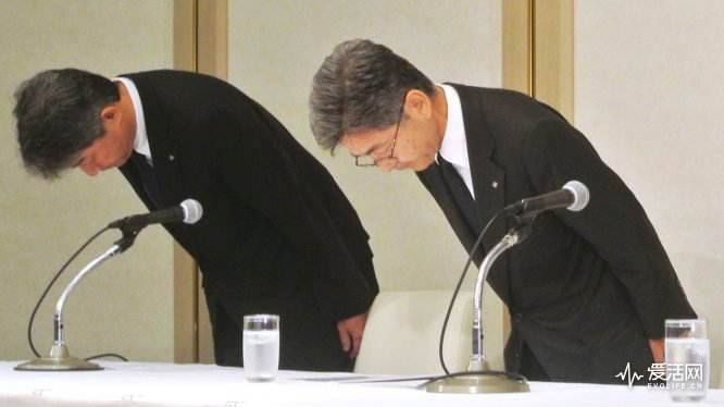 Kobe Steel's executive vice president Naoto Umehara (R) bows his head to apologize at a news conference in Tokyo, Japan, in this photo taken by Kyodo on October 8, 2017. Picture taken October 8, 2017. Mandatory credit Kyodo/via REUTERS ATTENTION EDITORS - THIS IMAGE WAS PROVIDED BY A THIRD PARTY. MANDATORY CREDIT. JAPAN OUT. NO COMMERCIAL OR EDITORIAL SALES IN JAPAN.