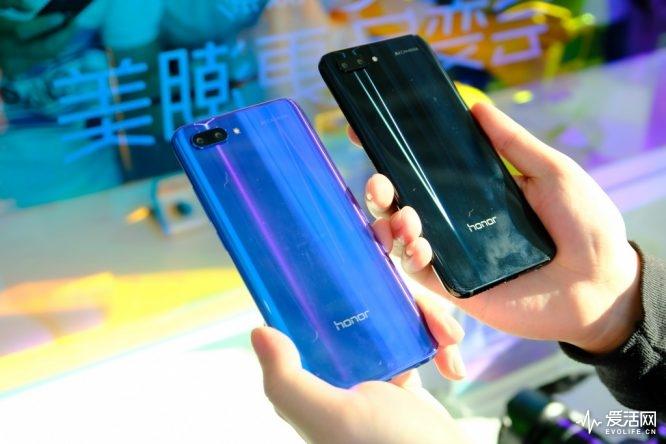 但对比其他此类设计的智能手机,荣耀10的刘海显然小了很多,荣耀也给它