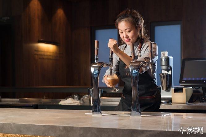 比如,在上海烘焙工坊最具人气的烟熏司考奇拿铁,绵云美式,榛心玛奇朵