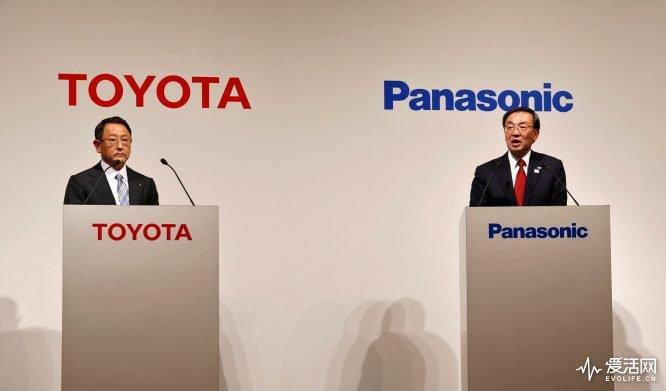 Toyota Motor Corp President Akio Toyoda (L) and Panasonic Corp President Kazuhiro Tsuga attend a joint news conference in Tokyo, Japan, December 13, 2017. REUTERS/Toru Hanai