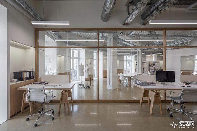 cigue-architecture-uniqlo-u-rd-center-paris-designboom-01-818x545