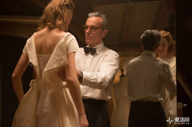 """Vicky Krieps stars as """"Alma"""" and Daniel Day-Lewis stars as """"Reynolds Woodcock"""" in writer/director Paul Thomas Anderson's PHANTOM THREAD, a Focus Features release. Credit : Laurie Sparham / Focus Features"""