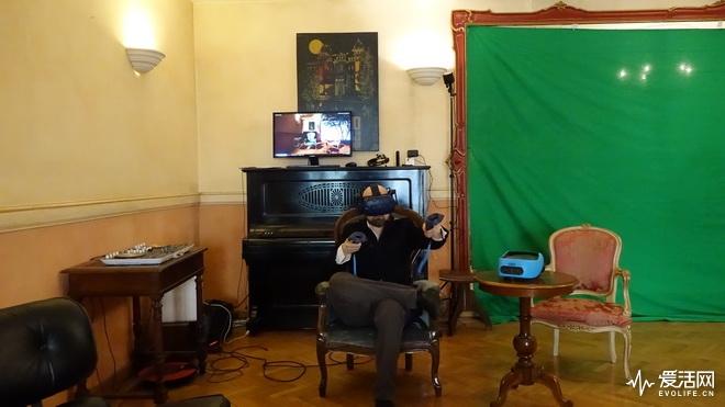 Enea在自己的工作室戴着Vive Pro专业版开发VR内容_resize