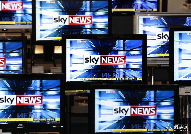 The Sky News logo is seen on television screens in an electrical store in Edinburgh, March 3, 2011. Rupert Murdoch's News Corp took a huge step towards securing its prized $14 billion buyout of BSkyB on Thursday when Britain accepted its proposals to alleviate competition concerns. REUTERS/David Moir (BRITAIN - Tags: BUSINESS MEDIA POLITICS IMAGES OF THE DAY)