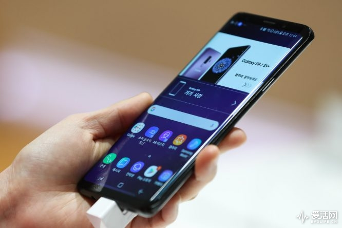 A customer holds a Samsung Electronics Co. Galaxy S9+ smartphone at the company's D'light flagship store in Seoul, South Korea, on Thursday, April 5, 2018. Samsungreported higher-than-projected profit as demand for its memory chips remained strong enough to outweigh concerns about display supplies toApple Inc. Photographer: SeongJoon Cho/Bloomberg via Getty Images