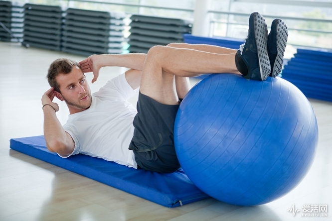 Turning-Your-Home-into-a-Gym-with-a-Swiss-Ball_top-image