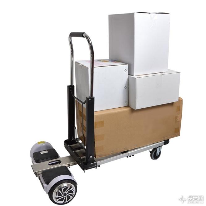 这辆电动推车不仅可以轻松运货,还能载人
