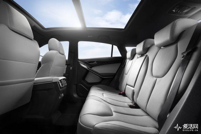 领界EV2,716mm的越级轴距,使第二排腿部空间接近1,000毫米,令后排乘客能够享受宽绰舒适的乘坐空间