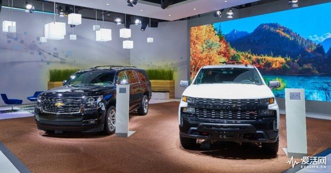 Chevrolet Suburban (left) and Chevrolet Silverado (right)
