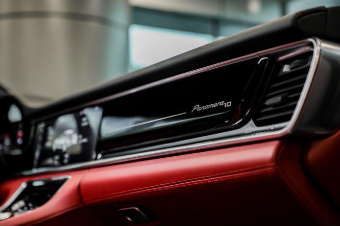 "Panamera 10周年纪念版_副驾驶前装饰面板""Panamera 10""专属标识02"