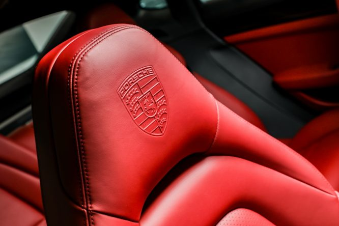 Panamera 10周年纪念版_带有保时捷盾徽的座椅头枕